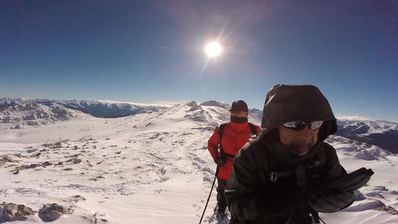 Senderismo Asturias. Llegando al Gamoniteiro por zona de nieve